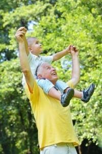 Fotolia_70741970_XS grand-père petit enfant sur épaule